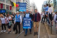 """DEU, Deutschland, Germany, Berlin, 29.08.2020: Impfgegner bei einer Demonstration von Gegnern der Corona-Maßnahmen. Kaum jemand hielt sich an die Auflagen, Mund-Nase-Bedeckung trug fast niemand, Abstandsregeln wurden nicht eingehalten. Die Initiative """"Querdenken"""" hatte zu den Protesten gegen die Corona-Maßnahmen der Regierung aufgerufen."""