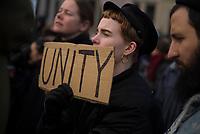 DEU, Deutschland, Germany, Berlin, 04.02.2017: Einheit, Unity -Demonstranten protestieren vor der US-Botschaft gegen die Politik von US-Präsident Donald Trump. Unter dem Motto NO BAN, NO WALL fordern sie den Stopp des Einreiseverbots gegen Menschen aus vorwiegend muslimischen Ländern.