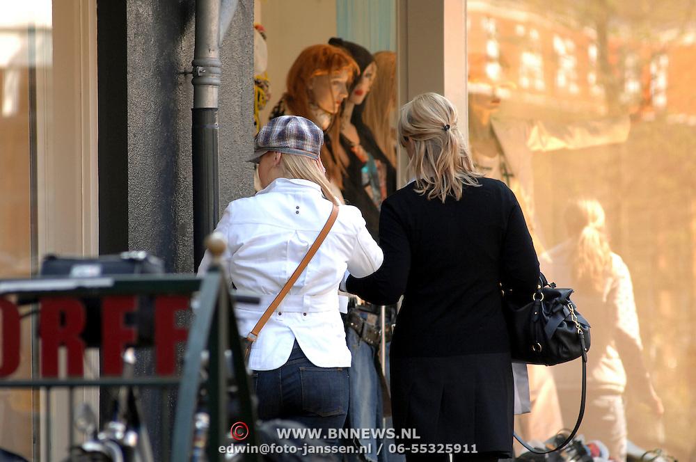 NLD/Laren/20070406 - Bartina Koeman - Borderveld en dochter Debbie winkelend in Laren