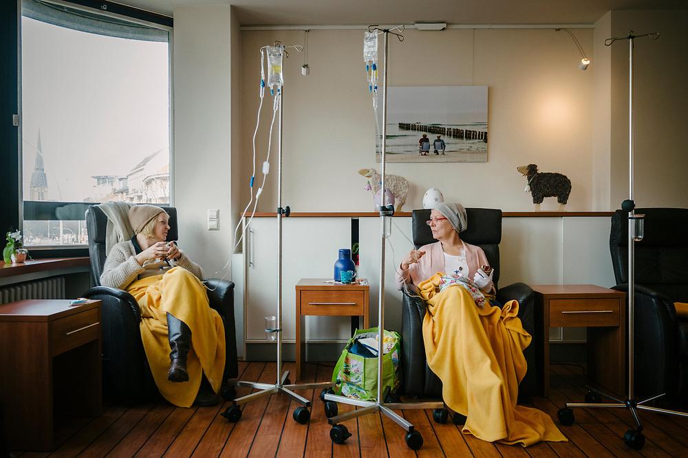 Annette bei der Chemotherapie im Gespräch mit einer Mitpatientin, die eine Freundin wird.