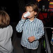 NLD/Hilversum/20070309 - 9e Live uitzending SBS Sterrendansen op het IJs 2007, Didier en Maxim Froger drinkend