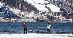 THEMENBILD - Spaziergänger beim fotografieren, aufgenommen am 03. April 2015, am Zeller See, Zell am See, Oesterreich // strollers take photographs of Lake Zell, Zell am See, Austria on 2015/04/03. EXPA Pictures © 2015, PhotoCredit: EXPA/ JFK