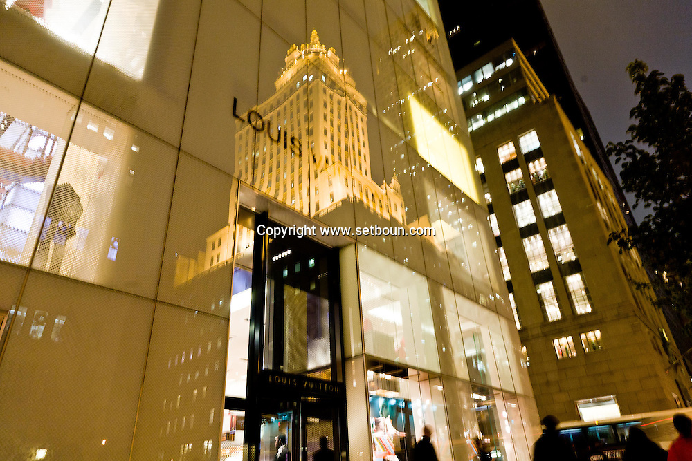 Vuiton building and shop on  fifth avenue, and Gold Crowne building New York, Manhattan - United states  NYC57018 /// immeuble magasin VUITON sur la cinquieme avenue, et le Crowne building or  Manhattan, New York - Etats-unis  /// NYC 60ST07