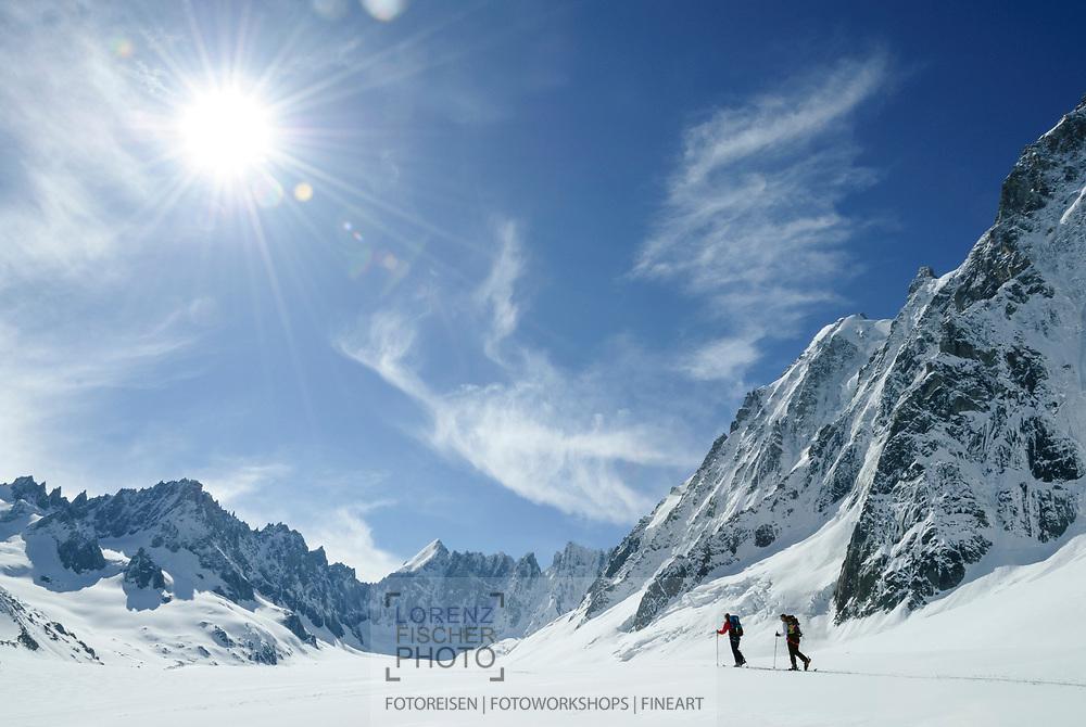 Skitouren im Argentière-Kessel bei Chamonix. Auf dem Glacier d?Argentière mit Blick auf die Aiguilles Rouges du Dolent und den Mont Dolent, links die Nordwand der Courtes.