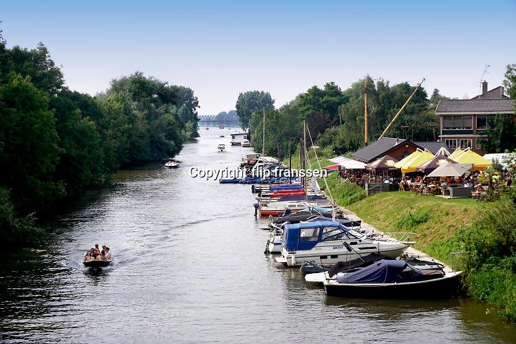 Nederland, Mook, 24-7-2016Het kanaal van de Maas naar de Mookse plas wordt met het warme weer veel gebruikt door mensen met een boot om een stuk over de rivier de Maas te varen .Foto: Flip Franssen