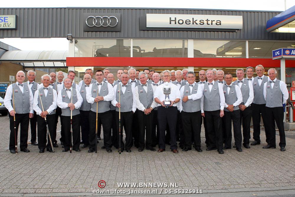 NLD/Huizen/20070813 - Nieuwe outfits voor biljartvereniging de Bun van sponsor Hoekstra Huizen