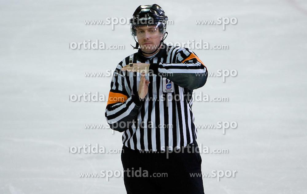 Odmor. Time out signal. Slovenski hokejski sodnik Damir Rakovic predstavlja sodniske znake. Na Bledu, 15. marec 2009. (Photo by Vid Ponikvar / Sportida)