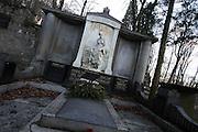 Karlovy Vary (Karlsbad)/Tschechische Republik, CZE, 14.12.06: Prunkvolle Grabstätte der Familie Julius Pupp mit Büste und Deutscher Inschrift auf dem Hauptfriedhof in Drahovice, Karlovy Vary (Karlsbad).<br /> <br /> Karlovy Vary (Karlsbad)/Czech Republic, CZE, 14.12.06: Pompously grave of the Julius Pupp family with German language inscription at the Central Cemetery in Drahovice, Karlovy Vary (Karlsbad).