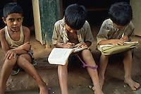 Nepal, Kathmandou, ecoliers dans la rue // Nepal, Kathmandu, school boy in the street