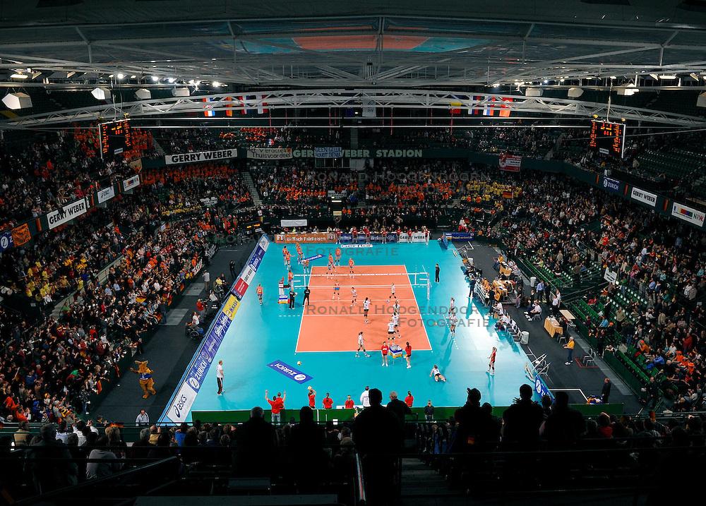 18-01-2008 VOLLEYBAL: OKT2 NEDERLAND - DUITSLAND: HALLE<br /> Nederland verliest de eerste set van Duitsland en is uitgeschakeld / Gerry Weber Stadion - sporthal<br /> ©2008-WWW.FOTOHOOGENDOORN.NL