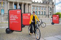 DEU, Deutschland, Germany, Berlin, 20.05.2021: SPD-Chefin Saskia Esken auf einem Fahrrad mit SPD-Werbebanner bei einer Fotoaktion der SPD-Bundestagsfraktion zur sozialdemokratischen Erfolgsbilanz in dieser Legislaturperiode.