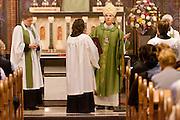 Aartsbisschop Joris Vercammen opent de kerkdienst. Op zondag 31 oktober is in de Getrudiskathedraal in Utrecht  Annemieke Duurkoop als eerste vrouwelijke plebaan van Nederland geïnstalleerd. Duurkoop wordt de nieuwe pastoor van de Utrechtse parochie van de Oud-Katholieke Kerk (OKK), deze kerk heeft geen band met het Vaticaan. Een plebaan is een pastoor van een kathedrale kerk, die eindverantwoordelijk is voor een parochie. Eerder waren bij de OKK al twee vrouwelijk priesters geïnstalleerd, maar die zijn geen plebaan.<br /> <br /> Archbishop Joris Vercammen is opening the service. At the St Getrudiscathedral in Utrecht the first female dean of the Old-Catholic Church (OKK) is installed together with a new pastor Bernd Wallet. The church has no connections with the Vatican.