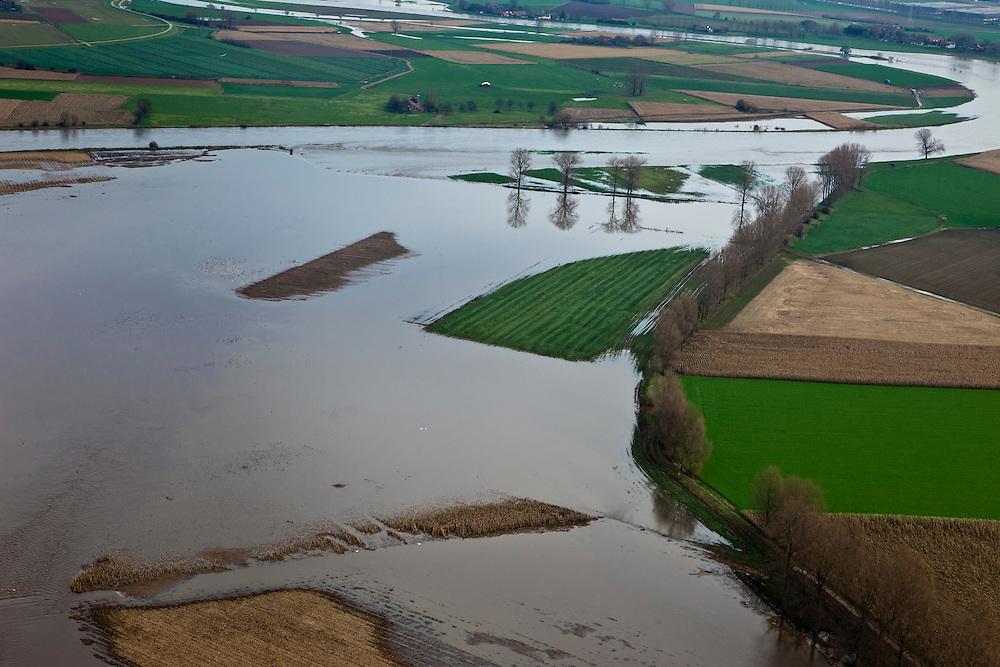 Nederland, Limburg, Gemeente Sittard-Geleen, 15-11-2010; Grevenbicht, Maas (Grensmaas) treedt bij hoogwater buiten zijn oevers en het water wordt ook via de uiterwaarden stroomafwaarts afgevoerd.Maas (Meuse) overflowing its banks, the water is also discharged downstream via the floodplains..luchtfoto (toeslag), aerial photo (additional fee required).foto/photo Siebe Swart