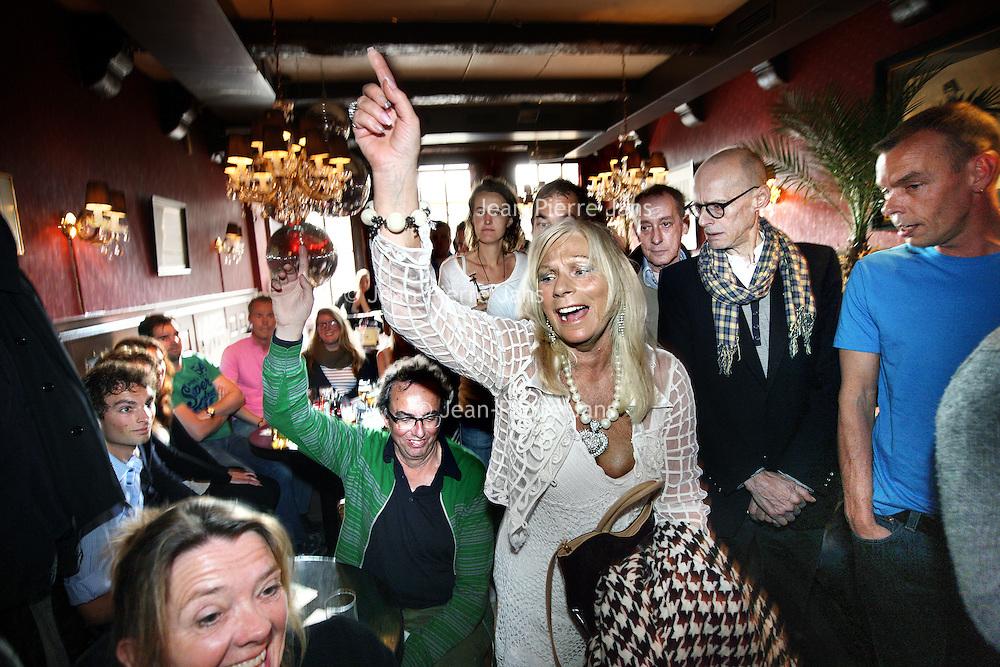 Nederland, Amsterdam , 3 april 2011..220 organisaties hebben zich aangemeld om dit jaar mee te varen met de Amsterdam Gay Pride. Organisator ProGay ontving zo'n 50 inschrijvingen meer dan vorig jaar. Omdat aan de beroemde botenparade maximaal 80 boten kunnen deelnemen, wordt er zondag 3 april geloot in café The Queen's Head. De botenparade vindt dit jaar plaats op zaterdag 6 augustus..Op de foto een gelukkige uitverkorene....Foto:Jean-Pierre Jans