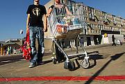 Nederland, Nijmegen, 21-9-2006..Klant van winkelcentrum notenhout loopt met een anti-diefstal winkelwagen die blokkeert als deze over de rode streep gaat. Boodschappen uit supermarkt...Foto: Flip Franssen/Hollandse Hoogte