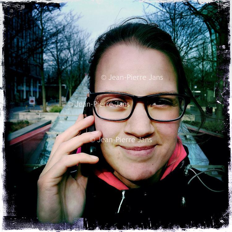 Nederland, Amsterdam , 6 februari 2014.<br /> GSM loze vrijdag.<br /> Uiteraard is een GSM een erg handig medium, maar kunnen we nog zonder? Onze GSM heeft onze dagelijkse leefwereld overgenomen. Het wordt tijd dat we eens stilstaan bij die constante bereikbaarheid en die dure toestellen met nog duurdere gesprekskosten een dagje naast ons neerleggen<br /> Op de foto: Merel L'Ami.<br /> Foto gemaakt met Iphone5. fotoprogramma: Hipstamatic: Lens John S. Film Kodot XGrizzled.<br /> Foto:Jean-Pierre Jans