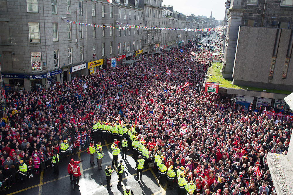 ABERDEEN FC OPEN TOP BUS PARADE THROUGH THE CITY TO CELEBRATE THE CLUBS LEAGUE CUP WIN.<br /> PIC DEREK IRONSIDE / NEWSLINE MEDIA