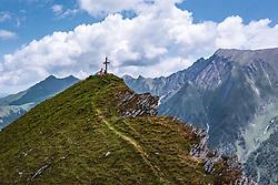 THEMENBILD - Touristen am Gipfelkreuz des Geißstein am Kitzsteinhorn, aufgenommen am 16. Juli 2019 in Kaprun, Österreich // Tourists at the summit cross of Geißstein at the Kitzsteinhorn, Kaprun, Austria on 2019/07/16. EXPA Pictures © 2019, PhotoCredit: EXPA/ JFK
