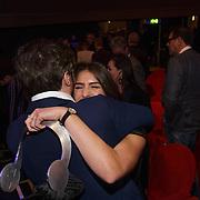 NLD/Hilversum/20190131 - Uitreiking Gouden RadioRing Gala 2019, Mattie Valk omhelst Marieke Elsinga met haar prijs