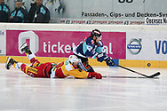 Rapperswils Nils Berger, oben, kaempft um den Puck gegen Langnaus Simon Luethi im ersten Playout-Finalspiel der National League A zwischen den Rapperswil-Jona Lakers und den SCL Tigers, am Dienstag, 19. März 2013, in der Diners Club Arena Rapperswil-Jona. (Thomas Oswald)