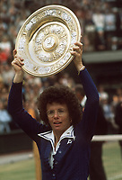 Billie Jean King (USA) lifts the Womens winners Plate. The Championships, Wimbledon. Tennis. 1/07/1975. Credit : Colorsport