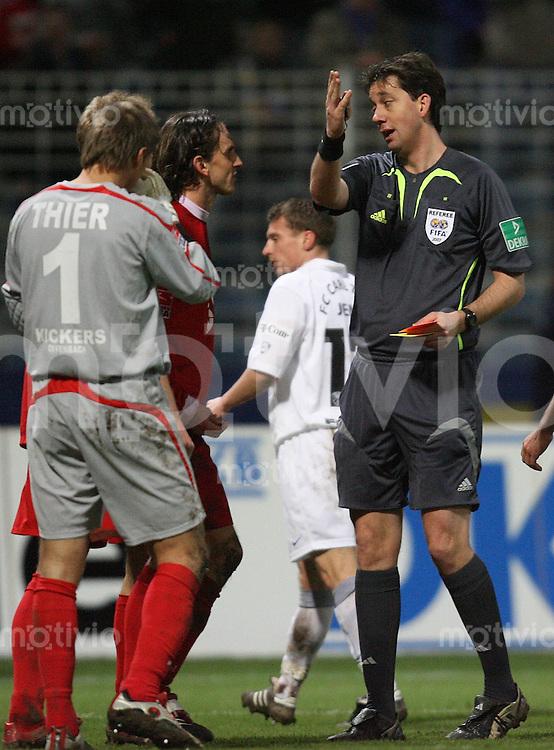 Jena , 190107 , Saison 2006/2007 ; Fussball 2.Bundesliga FC Carl Zeiss Jena - Kickers Offenbach  Ruediger REHM (Offenbach) bekommt von Schiedsrichter Manuel GRAEFE die Rote Karte