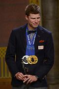 Officiele Huldiging van de Olympische medaillewinnaars Sochi 2014 / Official Ceremony of the Sochi 2014 Olympic medalists.<br /> <br /> Op de foto:  Sven Kramer kreeg een beeldje