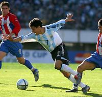 Fotball<br /> Kvalifisering til VM-sluttspillet i 2006<br /> Argentina v Paraguay 0-0<br /> 6. juni 2004<br /> Buenos Aires - Argentina<br /> Foto: Digitalsport<br /> NORWAY ONLY<br /> ANGEL ORTIZ (PARAGUAY), JAVIER SAVIOLA (ARG.), DENIS CANIZA (PAR.)