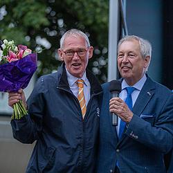 06-07-2019: Wielrennen: Ronde van Twente: Enter<br />Harry Middeljans deed zijn laatste officiele wedstrijd als wielerspeaker. Bernard Kobes sprak hem toe