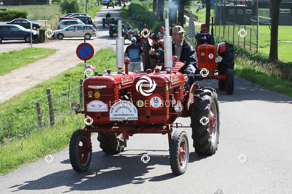 WELL - Een tractortocht met 160 tractors door de Bommelerwaard. FOTO LEVIN DEN BOER - PERSFOTO.NU