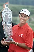 Dutch Open 2000 winnaar Stephen Leaney met glazen bokaal..
