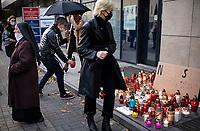 Bialystok, 23.10.2020. Protest kobiet przeciwko wyrokowi Trybunalu Konstytucyjnego zaostrzajacego prawo aborcyjne pod siedziba podlaskiego PiS N/z zakonnica na miejscu protestu fot Michal Kosc / AGENCJA WSCHOD