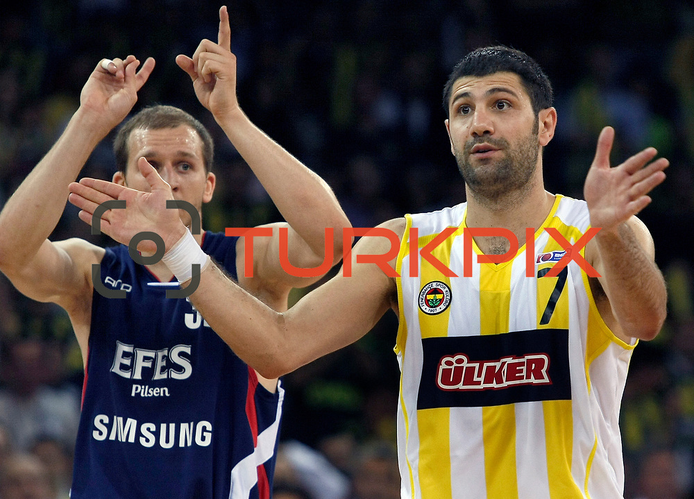 Fenerbahce Ulker's Omer ONAN (R) and Efes Pilsen's Sinan GULER (L) during their Turkish Basketball league Play Off Final Sixth Leg match Fenerbahce Ulker between Efes Pilsen at the Abdi Ipekci Arena in Istanbul Turkey on Wednesday 02 June 2010. Photo by Aykut AKICI/TURKPIX