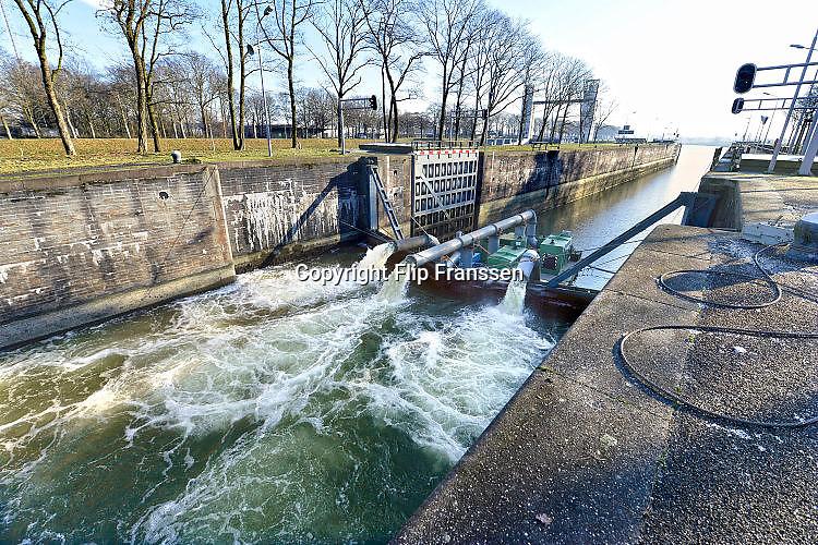 Nederland, The Netherlands, Heumen, 6-1-2017      EIGENRijkswaterstaat heeft een derde waterpomp, naast de twee eerder geplaatste pompen, laten aanrukken om vanuit de Maas water over te hevelen in het Maas-waalkanaal. Hierdoor kan het stuk tot aan de rivier de Waal, waaronder een industriegebied bij Nijmegen, sneller weer bevaren worden. De pompen hebben een capaciteit van 1400 liter per seconde.Foto: Flip Franssen
