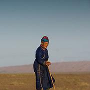 golian woman in Gobi desert (, Mongolia - Sep. 2008) (Image ID: 080905-1509071y)