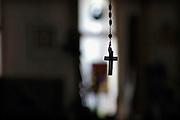 Nederland, Nijmegen,13-9-2007..Een kruisje van een rozenkrans hangt in een kamer.  ..Foto: Flip Franssen