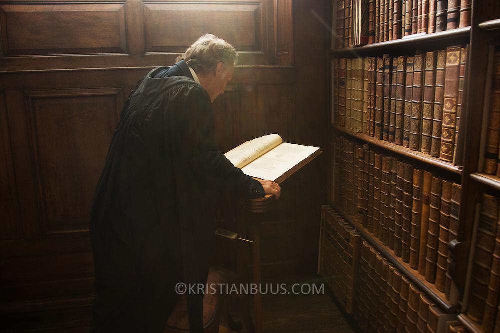 Kringelbach slår op i en af de mange gamle bøger i the Queen's College bibliotek. Morten Kringelbach, Associate Professor and Senior Research Fellow på Queen's College, Oxford og  Professor of Neuroscience, Århus Universitet.