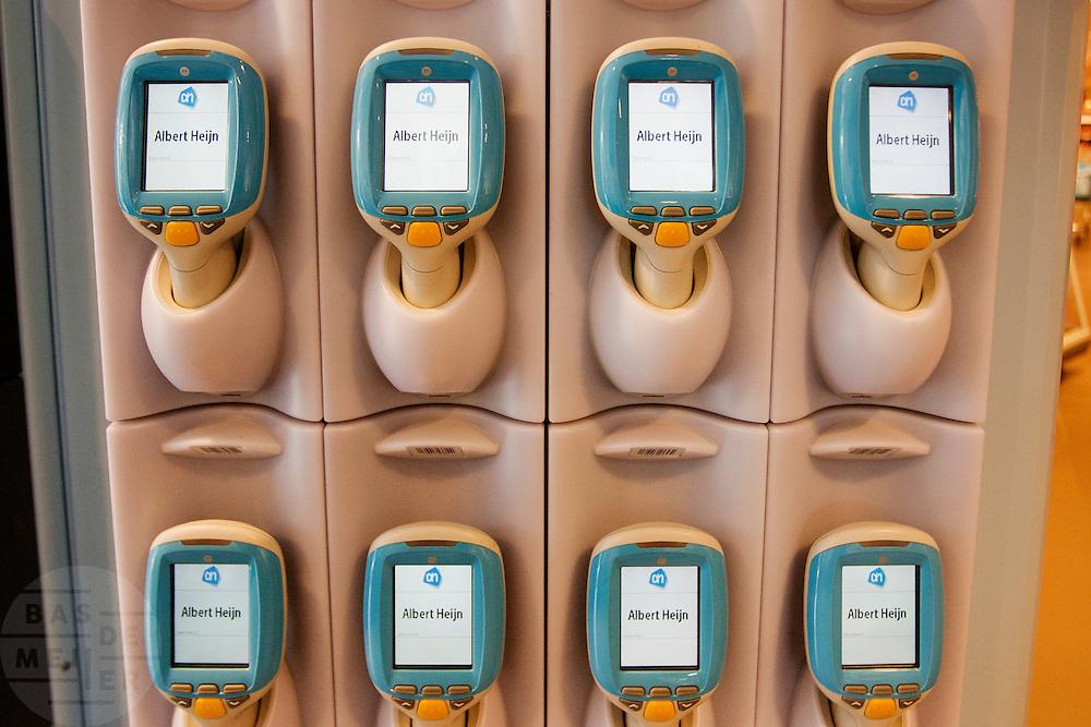 Scanapparaten bij de Albert Heijn. Met de scanners kunnen klanten van de supermarkt zelf de producten scannen en afrekenen en is de cassiere niet meer nodig