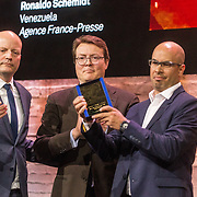 NLD/Amsterdam/20180412 - Prins Constantijn en Prinses Laurentien aanwezig bij uitreiking World Press Photo of the Year, Prins Constantijn reikt de Prijs uit aan Ronaldo Schemidt