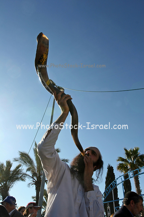 Israel, man Blowing the shofar