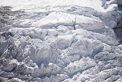"""THEMENBILD - Khumbu Gletscher. Wanderung im Sagarmatha National Park in Nepal, in dem sich auch sein Namensgeber, der Mount Everest, befinden. In Nepali heißt der Everest Sagarmatha, was übersetzt """"Stirn des Himmels"""" bedeutet. Die Wanderung führte von Lukla über Namche Bazar und Gokyo bis ins Everest Base Camp und zum Gipfel des 6189m hohen Island Peak. Aufgenommen am 18.05.2018 in Nepal // Trekkingtour in the Sagarmatha National Park. Nepal on 2018/05/18. EXPA Pictures © 2018, PhotoCredit: EXPA/ Michael Gruber"""