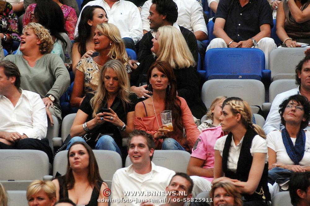 NLD/Amsterdam/20070602 - Toppers in Concert 2007, Leontien Borsato - Ruiters en vriendin op de tribune bier drinkend