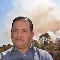 Temascaltepec, México (Abril 26, 2018).- Jorge Pedro Flores Marker, gerente de la CONAFOR en el Estado de México, durante un incendio prescrito de 40 hectáreas de terreno realizado por  80 brigadistas de la Comisión Nacional Forestal (CONAFOR) y voluntarios, divididos en tres cuadrillas trabajaron durante tres horas.  Agencia MVT / Crisanta Espinosa.
