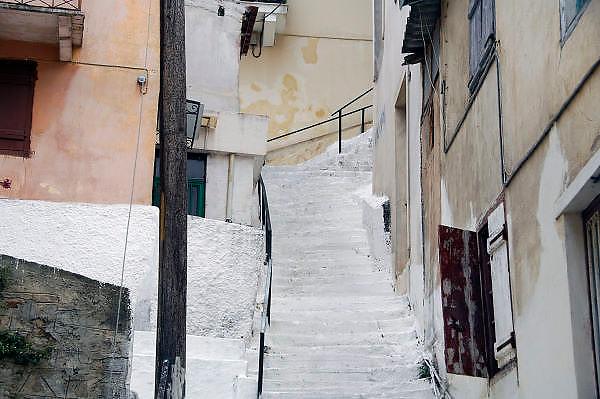 Griekenland, Nafplion, 5-7-2008Typisch Grieks plaatje. Witte trap en witte of lichtgekleurde huizen.Foto: Flip Franssen