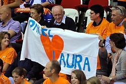 18-09-2011 VOLLEYBAL: DELA TROPHY NEDERLAND - TURKIJE: ALMERE<br /> Nederland wint met 3-0 van Turkije en wint hierdoor de DELA Trophy / Spandoek voor Laura Dijkema<br /> ©2011-FotoHoogendoorn.nl