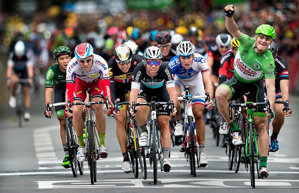 Frankrijk, Amiens, 08-2015.<br /> Wielrennen, Tour de France.<br /> Etappe van Arras naar Amiens.<br /> Mark Cavendish (midden ) wordt 3e terwijl Andre Greipel wint.<br /> Foto: Klaas Jan van der Weij