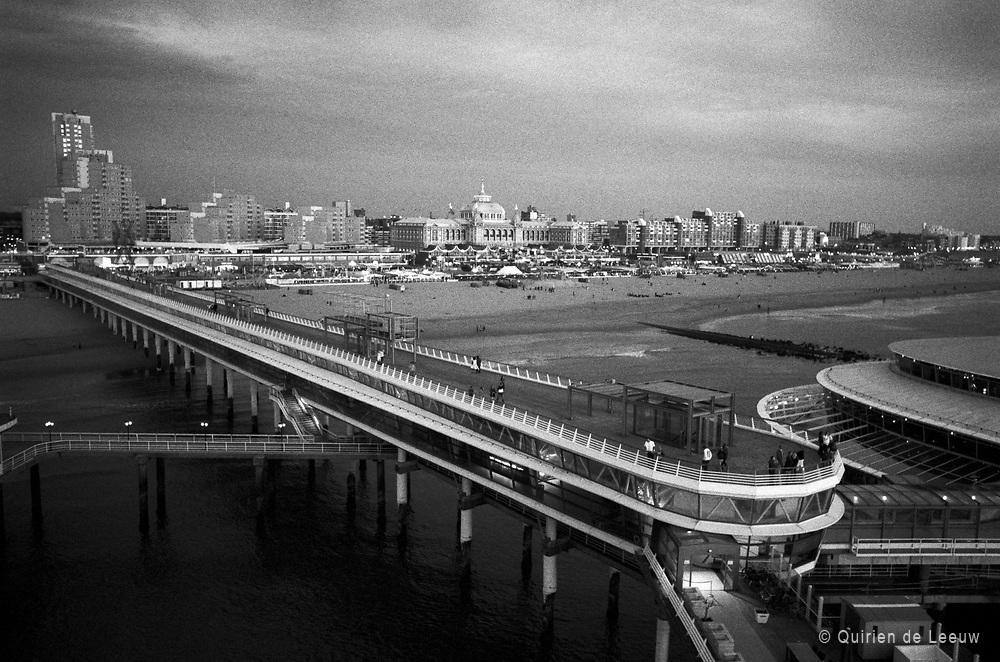 Zwart-wit foto van de Pier op Scheveningen, Den Haag.