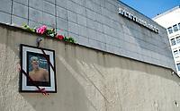 Svømming<br /> 2. Mai 2012<br /> Sentralbadet , Bergen<br /> Minneprotokoll for Alexander Dale Oen<br /> Utenfor setralbadet i Bergen hvor Alexander Dale Oen har tilbragt uttalige trenings timer, er det hengt opp bilde til minne om han.<br /> Foto: Astrid M. Nordhaug