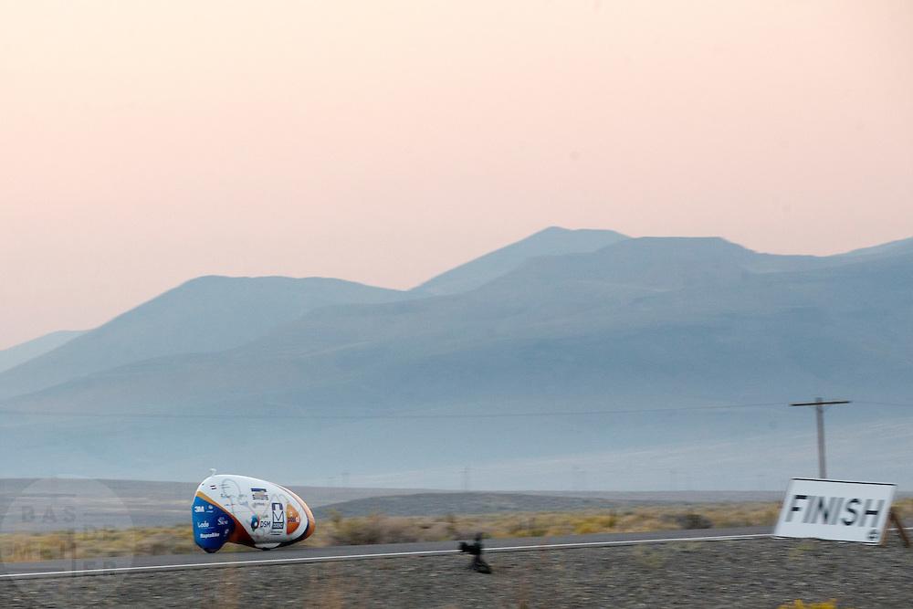 De VeloX4 passeert de finish. Het Human Power Team Delft en Amsterdam (HPT), dat bestaat uit studenten van de TU Delft en de VU Amsterdam, is in Amerika om te proberen het record snelfietsen te verbreken. Momenteel zijn zij recordhouder, in 2013 reed Sebastiaan Bowier 133,78 km/h in de VeloX3. In Battle Mountain (Nevada) wordt ieder jaar de World Human Powered Speed Challenge gehouden. Tijdens deze wedstrijd wordt geprobeerd zo hard mogelijk te fietsen op pure menskracht. Ze halen snelheden tot 133 km/h. De deelnemers bestaan zowel uit teams van universiteiten als uit hobbyisten. Met de gestroomlijnde fietsen willen ze laten zien wat mogelijk is met menskracht. De speciale ligfietsen kunnen gezien worden als de Formule 1 van het fietsen. De kennis die wordt opgedaan wordt ook gebruikt om duurzaam vervoer verder te ontwikkelen.<br /> <br /> The VeloX4 passes the finish. The Human Power Team Delft and Amsterdam, a team by students of the TU Delft and the VU Amsterdam, is in America to set a new  world record speed cycling. I 2013 the team broke the record, Sebastiaan Bowier rode 133,78 km/h (83,13 mph) with the VeloX3. In Battle Mountain (Nevada) each year the World Human Powered Speed Challenge is held. During this race they try to ride on pure manpower as hard as possible. Speeds up to 133 km/h are reached. The participants consist of both teams from universities and from hobbyists. With the sleek bikes they want to show what is possible with human power. The special recumbent bicycles can be seen as the Formula 1 of the bicycle. The knowledge gained is also used to develop sustainable transport.