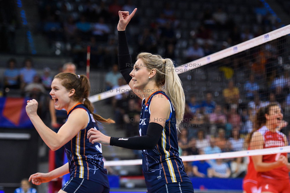 12.06.2018, Porsche Arena, Stuttgart<br /> Volleyball, Volleyball Nations League, Türkei / Tuerkei vs. Niederlande<br /> <br /> Jubel Yvon Belien (#3 NED), Laura Dijkema (#14 NED)<br /> <br /> Foto: Conny Kurth / www.kurth-media.de